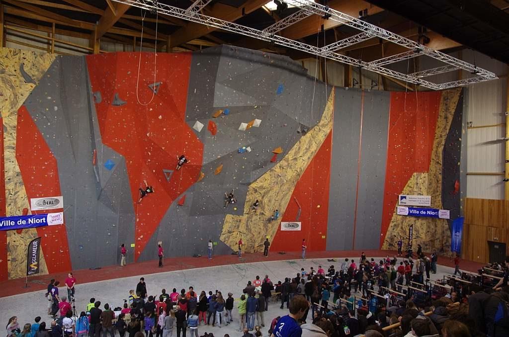 Salle D Escalade La Verticale De L Acclameur Niort Sae