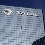 Alain Robert escalade en solo la tour Total à Paris, haute de 187 mètres !